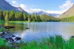 Swiftcurrent jezioro w wysokim wysokogórskim krajobrazie na Grinnell lodowa śladzie, lodowa park narodowy, Montana zdjęcia stock