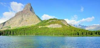 Swiftcurrent jezioro w wysokim wysokogórskim krajobrazie na Grinnell lodowa śladzie, lodowa park narodowy, Montana zdjęcie stock