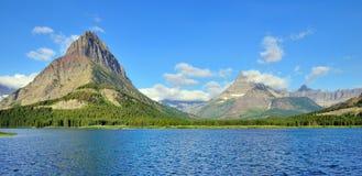 Swiftcurrent jezioro w wysokim wysokogórskim krajobrazie na Grinnell lodowa śladzie, lodowa park narodowy, Montana Obrazy Royalty Free