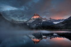 Swiftcurrent See Misty Dawn, Glacier Nationalpark, Montana, USA lizenzfreie stockbilder