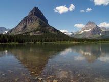 swiftecurrent 2座湖的山 库存照片