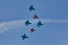 Swifts-` und ` Russeritter ` Flugzeuge ` ` Team KUBINKA, MOSKAU-REGION, RUSSLANDS Aerobatic SU-30 und MiG-29 ` Lizenzfreie Stockfotos