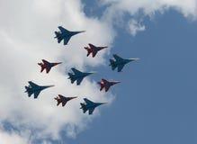 Swifts van het Aerobaticteam en Russische ridders op su-27 en mig-29 Stock Afbeelding