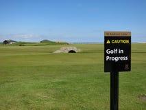Swilken桥梁和`警告,打高尔夫球过程中的` -标志 库存照片