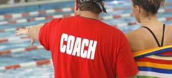 Swim-Trainer mit Athleten Stockfoto