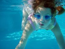 Swim Unterwasser lizenzfreie stockfotos
