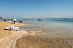 Swimers in dode overzees, Ein Bokek, Israël Stock Foto's