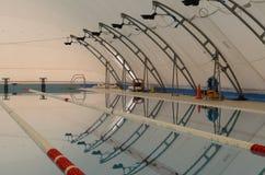 Swimimpool in trekstructuur Royalty-vrije Stock Afbeeldingen