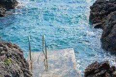 Swimm梯子到海里 免版税图库摄影