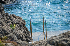 Swimm梯子到海里 免版税库存照片