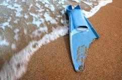 Swimm de la aleta mordido y ondas en el arena de mar ilustración del vector