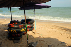 swimmimg的橡胶环在海,查家是海滩, Phetchaburi,泰国 免版税图库摄影