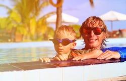 Swimmimng feliz do pai e do filho na associação Imagem de Stock Royalty Free