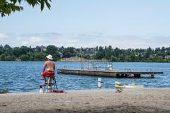 Swimming Lake Beach för vattensäkerhetslivräddare dykning royaltyfri fotografi