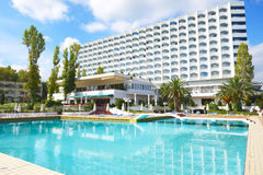 Swimming pool and building of the luxury hotel Royalty Free Stock Photography