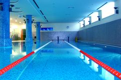 Swimming-pool do esporte no azul Fotos de Stock Royalty Free