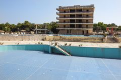 A swimming pool of the abandoned resort empties and damage Royalty Free Stock Photos