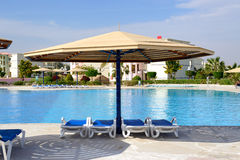 The swimming pool at luxury hotel Royalty Free Stock Photos