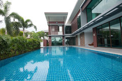 Swimming pool and modern building Stock Photography