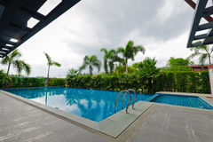 Swimming pool and modern building Royalty Free Stock Photos
