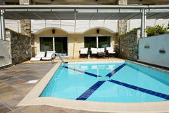Swimming pool by villa at the luxury hotel Stock Photography