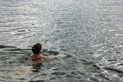 Swimmingin de femme l'océan photo stock