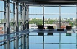 Swimmingpool auf dem Dach Stockbild