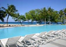 Swimmingpool auf dem Strand Lizenzfreie Stockbilder