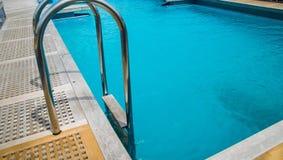 Swimmingpool auf der Plattform Stockfotos