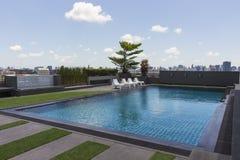 Swimmingpool auf eine Oberseite eines Hotels Stockbilder