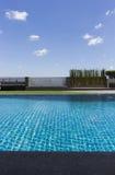 Swimmingpool auf eine Oberseite eines Hotels Stockbild