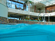 Swimmingpool auf Kreuzschiff lizenzfreies stockbild