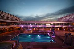 Swimmingpool auf Plattform der Costa Deliziosa Stockfotos