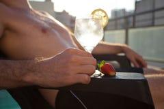 Swimmingpool, Aufenthaltsraum, Mann, der ein Weinglas anhält stockfotos
