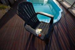 Swimmingpool, Aufenthaltsraum und Weinglas mit Eis stockfotografie