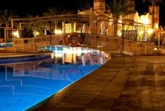 Swimmingpool bis zum Nacht Stockfoto