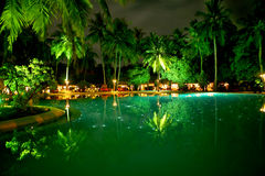 Swimmingpool bis zum Nacht Lizenzfreie Stockfotos