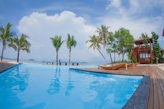 Swimmingpool-Blick zum Strand Stockbilder