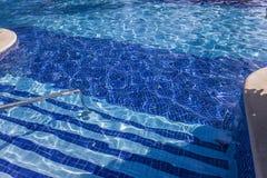 Swimmingpool in Cancun, Riviera-Maya, Mexiko Lizenzfreie Stockfotos