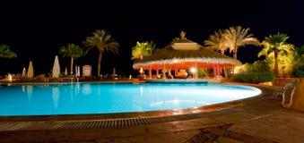 Swimmingpool com uma barra da associação imagens de stock royalty free