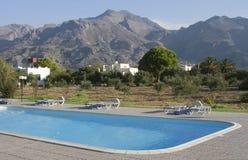 Swimmingpool in den Bergen Lizenzfreie Stockbilder
