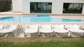 Swimmingpool in den Strand-Sonnenbetten der Erholung komplexen stock footage