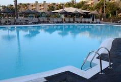 Swimmingpool in der Morgenleuchte Stockfoto