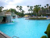 Swimmingpool an der tropischen Rücksortierung Stockfotos