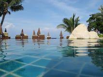 Swimmingpool in der tropischen Rücksortierung Stockbild