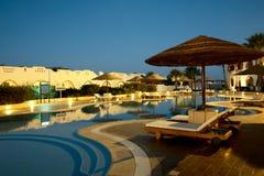 Swimmingpool in der tropischen Rücksortierung Stockfotografie