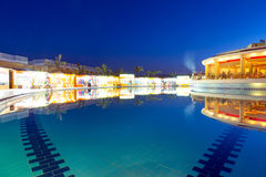 Swimmingpool des tropischen Erholungsortes in Hurghada nachts Stockfotografie