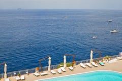 Swimmingpool durch das Meer lizenzfreie stockbilder