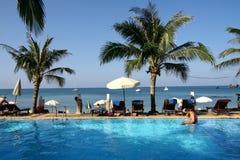 Swimmingpool durch das Meer Stockbild