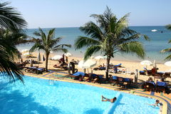 Swimmingpool durch das Meer Stockfotografie